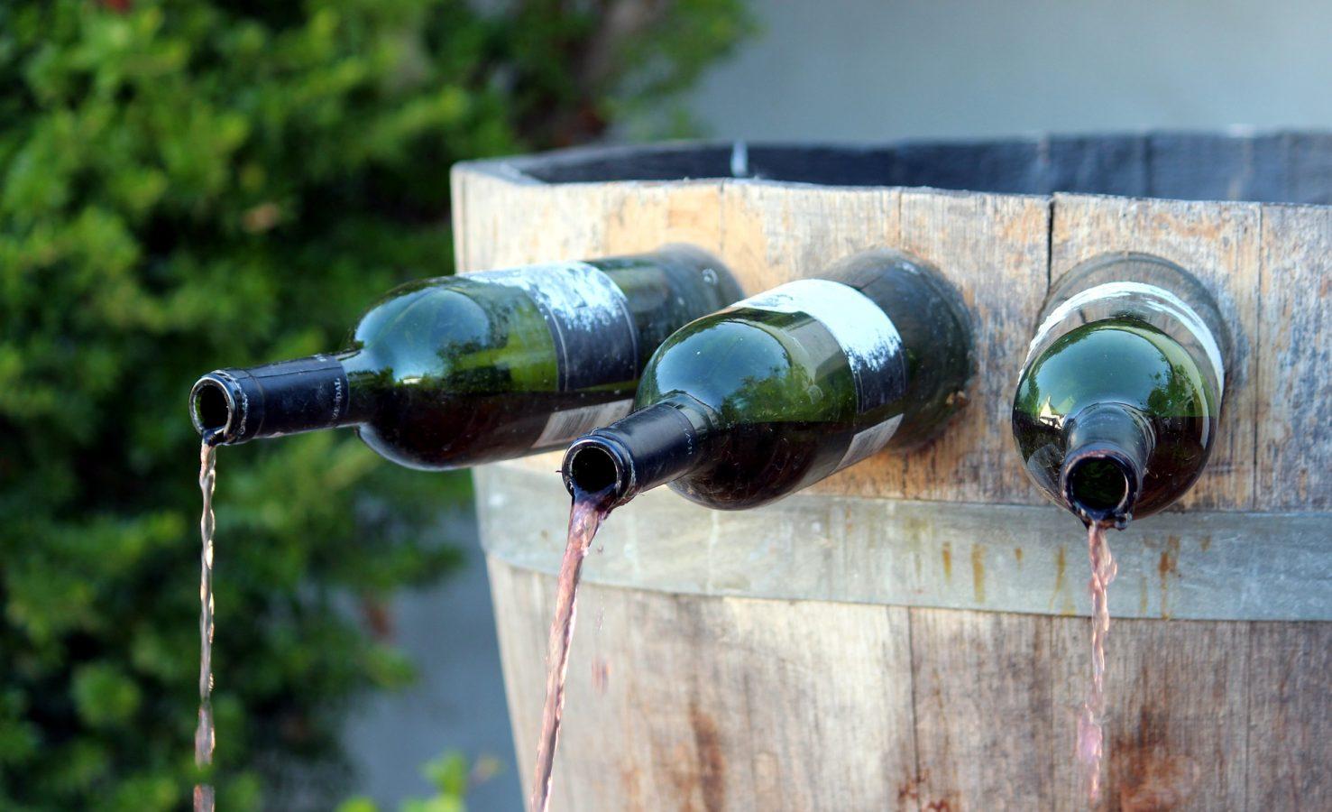 fontane di vino con le bottiglie