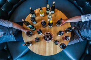 tavolo tondo con bottiglie di vino